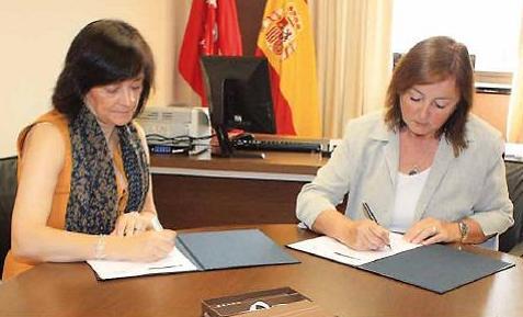 Lourdes Arastey (izda.) y Mª Antonia Alvarez-Monteserín en el momento de la firma del convenio.