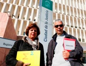 La presidenta de 'Mediamos', junto a uno de los mediadores, en los juzgados de Málaga. FOTO de Jesús Domínguez para EL MUNDO