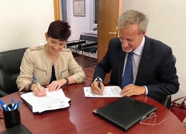 Carme Guil y Carles Garcia firmando el convenio